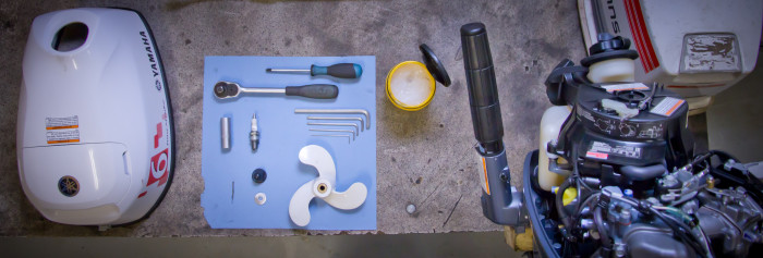 buitenboord motor werkplaats gereedschap netjes orde onderhoud olie bougie
